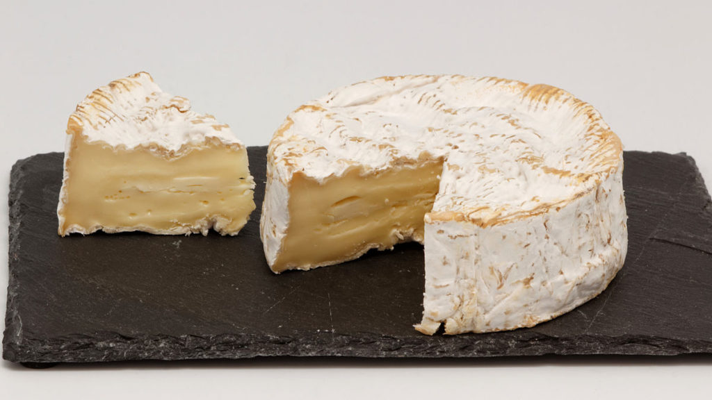 Depiction of a Camembert. Or a cake. What's the difference really? File from Wikipedia: https://en.wikipedia.org/wiki/Camembert#/media/File:Camembert_de_Normandie_(AOP)_11.jpg